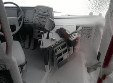 Kas nutinka, kai žiemą vairuotojas nakčiai palieka atviras autobuso duris?