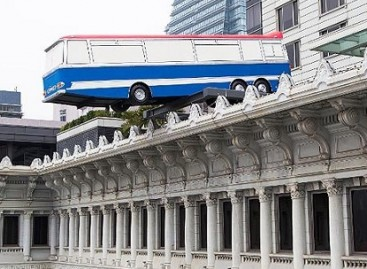 "Instaliacija ""Autobusas ant stogo"" –  Honkonge"