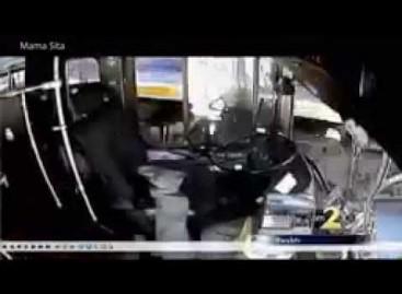 Keleiviai spėjo išbėgti iš autobuso likus keletui sekundžių iki susidūrimo su traukiniu