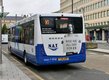 Britus papiktino seksistinė reklama ant autobusų
