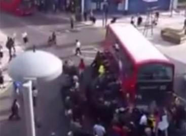 Londono gyventojai rankomis pakėlė autobusą, gelbėdami žmogaus gyvybę (video)