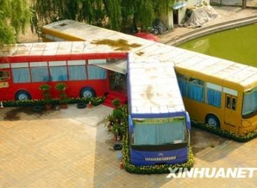Automobilių klubo lankytojams – baras iš autobusų