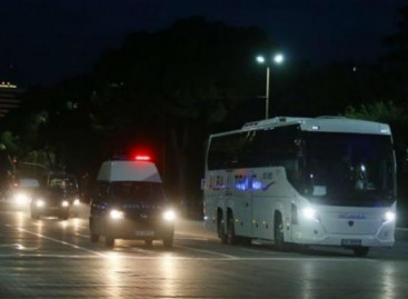 Albanijoje akmenimis apmėtytas Serbijos futbolo komandos autobusas