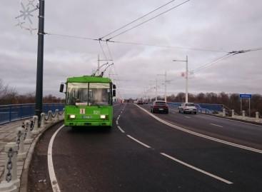 Pirmasis troleibusas sėkmingai pravažiavo Panemunės tiltą