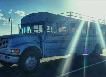 Tėvas ir sūnus jaukius namus įsirengė sename autobuse