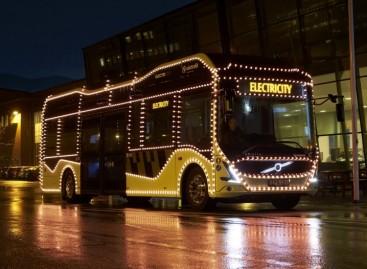 """Elektrinis """"ElectriCity"""" autobusas pasidabino Kalėdoms"""