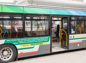 """""""Aš didžiuojuosi kovo 11-ąja"""" – žinomų žmonių mintimis pasipuošė sostinės autobusai"""
