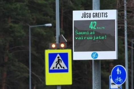 Inovatyvus greičio matavimo stendas Vilniuje vairuotojus drausmins komplimentais