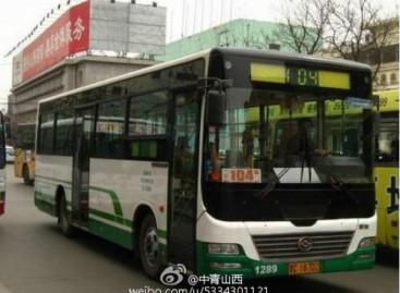 Kinietis autobuso vairuotojas į darbą važiuoja vienu iš asmeninių superautomobilių
