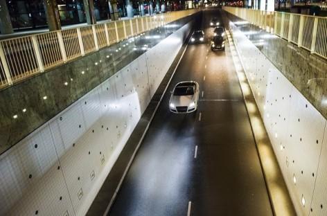 Tyrimas: kelyje ilgosiomis šviesomis apakinti vairuotojai atsako tuo pačiu