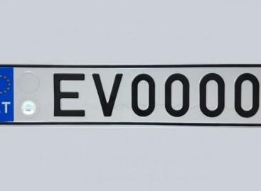 Jau nuo rytdienos galima užsisakyti specialų valstybinio numerio ženklą elektromobiliui