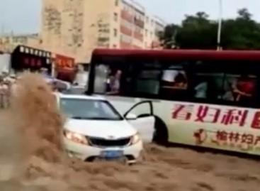 Autobuso vairuotojas išgelbėjo automobilio keleivius (video)