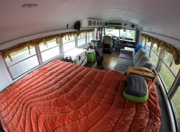Draugų kompanija įsirengė jaukius namus autobuse