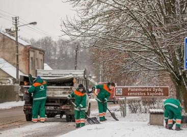 Kauno kelininkų kasdienybė: dešimtys tonų druskos ir žiemai nepasiruošę vairuotojai