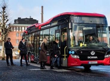 """Švedijoje pasirodė hibridinis """"Scania"""" autobusas, įkraunamas be laidų"""