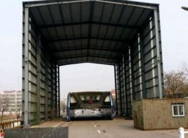 Nutrūkęs skrydis: virš gatvės važiuojančio autobuso bandymai Kinijoje nebevykdomi