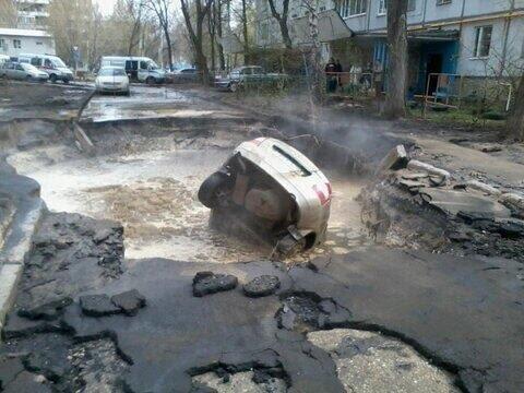 На дороге в Днепре фура провалилась в яму - Цензор.НЕТ 3853
