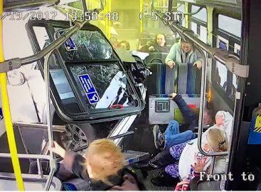 Vaizdo kameros užfiksavo, kaip pikapas įlekia į autobuso saloną (video)