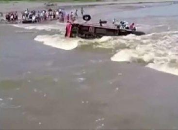 Peru autobuso vairuotojas vos nepaskandino keleivių važiuodamas per patvinusią upę (video)