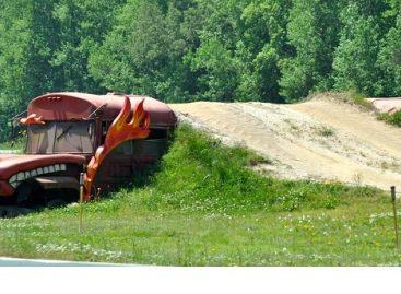 "Senas mokyklinis autobusas – ""Monster Truck"" lenktynių trasos elementas"