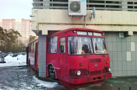 Aludė – sename autobuse