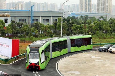 Kiniečiai pristatė autobusą, primenantį tramvajų ar traukinį