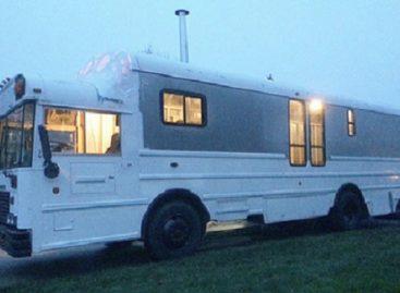 Šeima įsirengė namus sename mokykliniame autobuse
