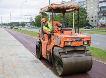 Laisvės pr. Vilniuje nuspalvino raudonas asfaltas – tiesiamas 5 km dviračių takas