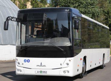 MAZ pristatė tarpmiestinį autobusą su liftu neįgaliųjų vežimėliui