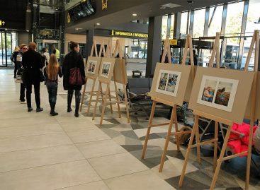 Kauno autobusų stotyje atidaryta neįgalių vaikų šypsenų paroda