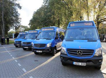 Prie Klaipėdos miesto rotušės visuomenei pristatyti naujieji autobusai, kuriais bus vežami keleiviai mieste.