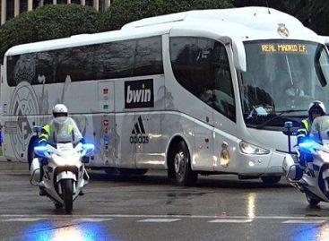 """Madrido """"Real"""" futbolininkai važinės po Kataloniją autobusu be klubo simbolikos"""