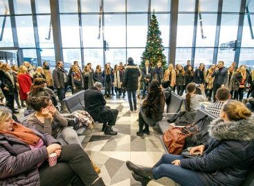 Kalėdinis pasirodymas nustebino Kauno autobusų stoties keleivius (video)