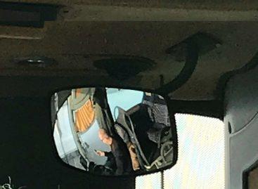 Keleivė praneša: autobuso vairuotojas važiuodamas naršė telefone