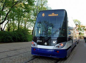 Į Rygą atvyko pirmasis keturių sekcijų tramvajus
