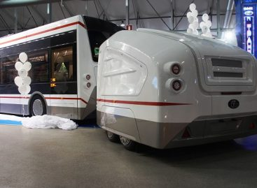 Pristatė elektrinį autobusą, kuris baterijas vežiojasi priekaboje