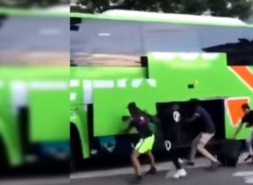 Prancūzijoje vaizdo kameros užfiksavo važiuojančio autobuso apiplėšimą (video)