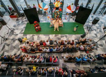Lėlių teatro pasirodymas Kauno autobusų stotyje