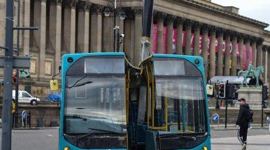 Didžioji Britanija: į dvi dalis padalintas autobusas