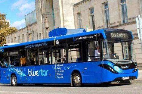 Didžiojoje Britanijoje – autobusas, valantis orą