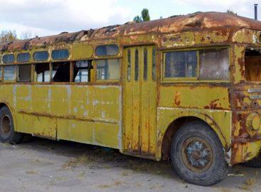 Mergina pigiai nusipirko seną autobusą ir įsirengė ten patogius namus