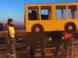 Vladivostoko gyventojai apsimetė geltonuoju autobusu, kad galėtų pereiti per tiltą