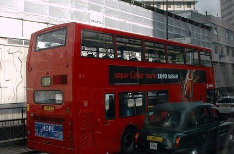 Londone dviaukštis autobusas įvažiavo į viešojo transporto stotelę