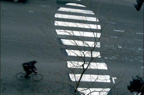 Užfiksuotas pėsčiųjų elgesys perėjose: jaunimas nepaleidžia iš rankų telefonų, vyresni kerta gatvę neleistinose vietose