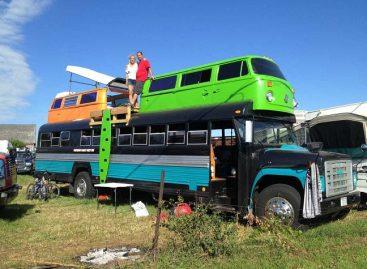 "Mokyklinis autobusas – su dviem ""Volkswagen"" mikroautobusais ant stogo"