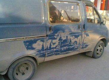 Rašymas ant purvino automobilio: gal iškart pasiimkite vinį?