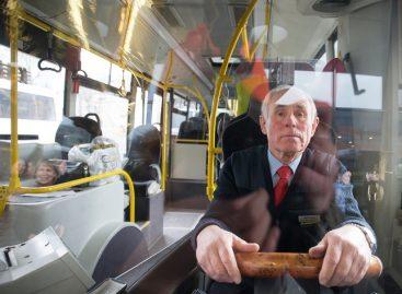 Pusę amžiaus prie autobuso vairo