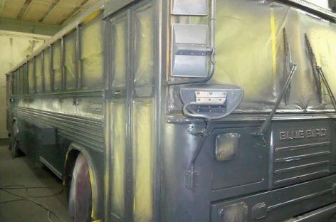 Šeimai nusibodo nuomoti būstą – su trimis vaikais jie persikraustė į seną autobusą