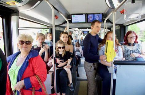 """""""Gatvės muzikos dieną"""" gyva muzika skambėjo net naujuose autobusuose"""