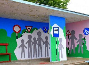 """Piešinių konkurso """"Saugus eismas kelyje"""" laimėtojų darbai – ant autobusų stotelių paviljonų"""